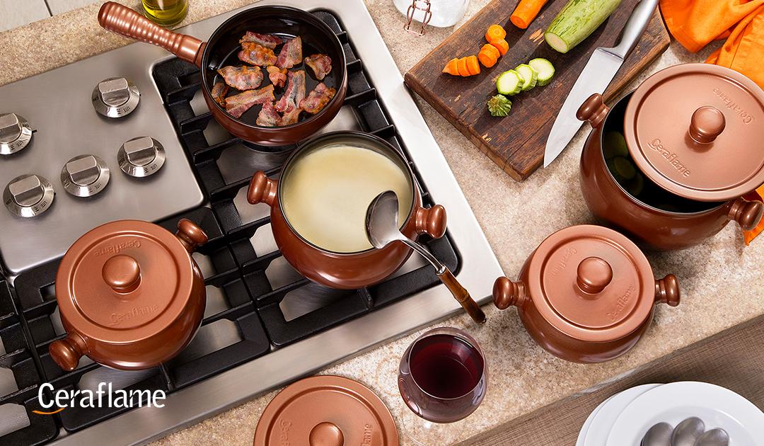 panelas de cerâmica - uma imagem tirada de cima , mostrando uma bancada com diversos utensílios de cozinha, entre eles panelas de cerâmica.