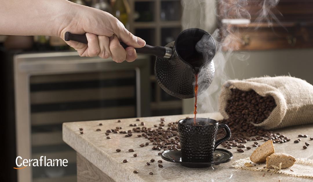 café - café sendo servido de maneira turca em ibrik de cerâmica